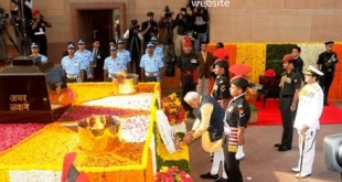 The Prime Minister, Shri Narendra Modi laying wreath at Amar Jawan Jyoti on the occasion of the Centenary commemoration of World War –I, in New Delhi on March 10, 2015. The Chief of Army Staff, General Dalbir Singh and the Chief of Naval Staff, Admiral R.K. Dhowan are also seen.