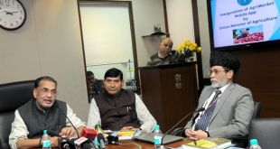 "The Union Minister for Agriculture and Farmers Welfare, Shri Radha Mohan Singh addressing at the launch of the Mobile Apps ""AgriMarket and Crop Insurance"", in New Delhi on December 23, 2015. The Minister of State for Agriculture and Farmers Welfare, Shri Mohanbhai Kalyanjibhai Kundariya and the Secretary, Department of Agriculture and Cooperation & Farmers Welfare, Shri Siraj Hussain are also seen."