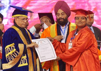 The President, Shri Pranab Mukherjee presenting the certificate, at the 7th Convocation of Vinoba Bhave University, at Hazaribag, in Jharkhand on January 09, 2016.